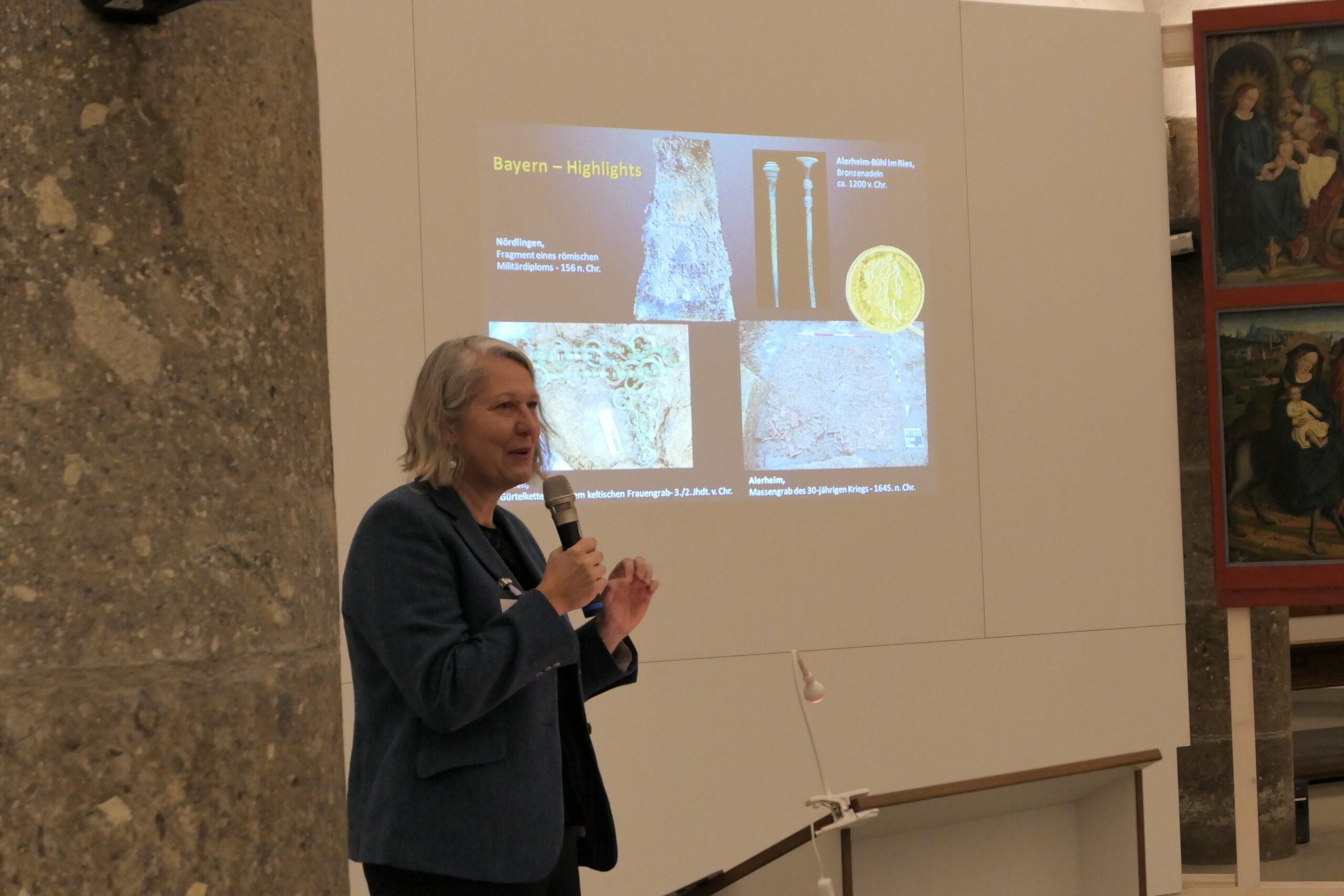 Dr. Stefanie Berg vom Bayerischen Landesamt für Denkmalpflege berichtet über die Funde im Freistaat (Bild 3)