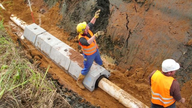 Betonreiter schützen die Rohre zusätzlich.