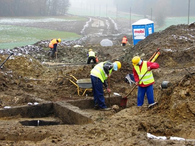 Archäologische Grabungsarbeiten fanden wie die Bauarbeiten auch bei widrigen Witterungsbedingungen statt.